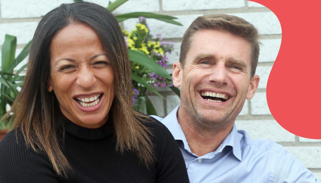Cathy och Martin skrattar tillsammans och berättar hur de träffades.