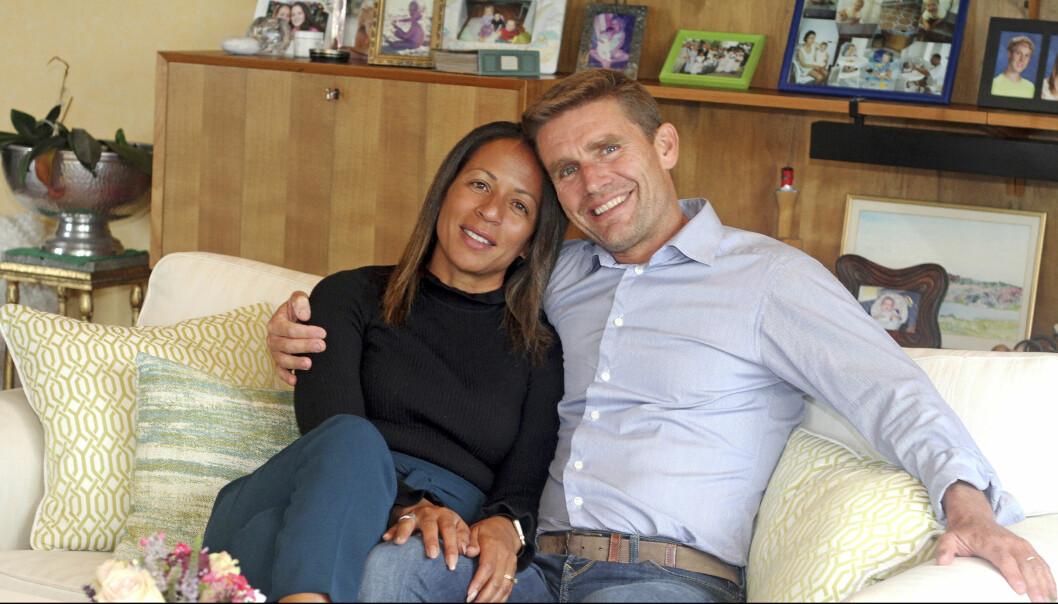 Cathy och Martin sitter tillsammans i en soffan och berättar om sitt gemensamma liv.