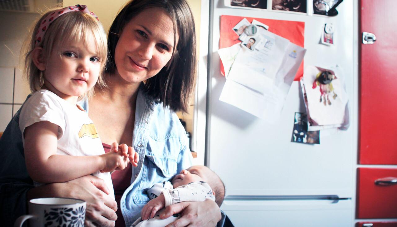 Filippa Risbecker anlitade doulan Tove Lundlycke nar hon skulle foda sitt andra barn. Här sitter hon med sina barn i köket.