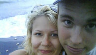 Selfie av Hannah och Christian som är tagen vid vattenbrynet på en strand när de var 13 år och nykära.