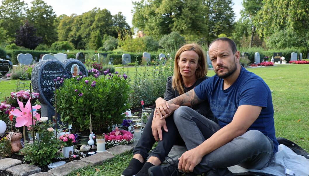 Emma Aldin och Rickard Lundqvist framför dottern Eleonora Aldins grav på Limhamns kyrkogård i Malmö