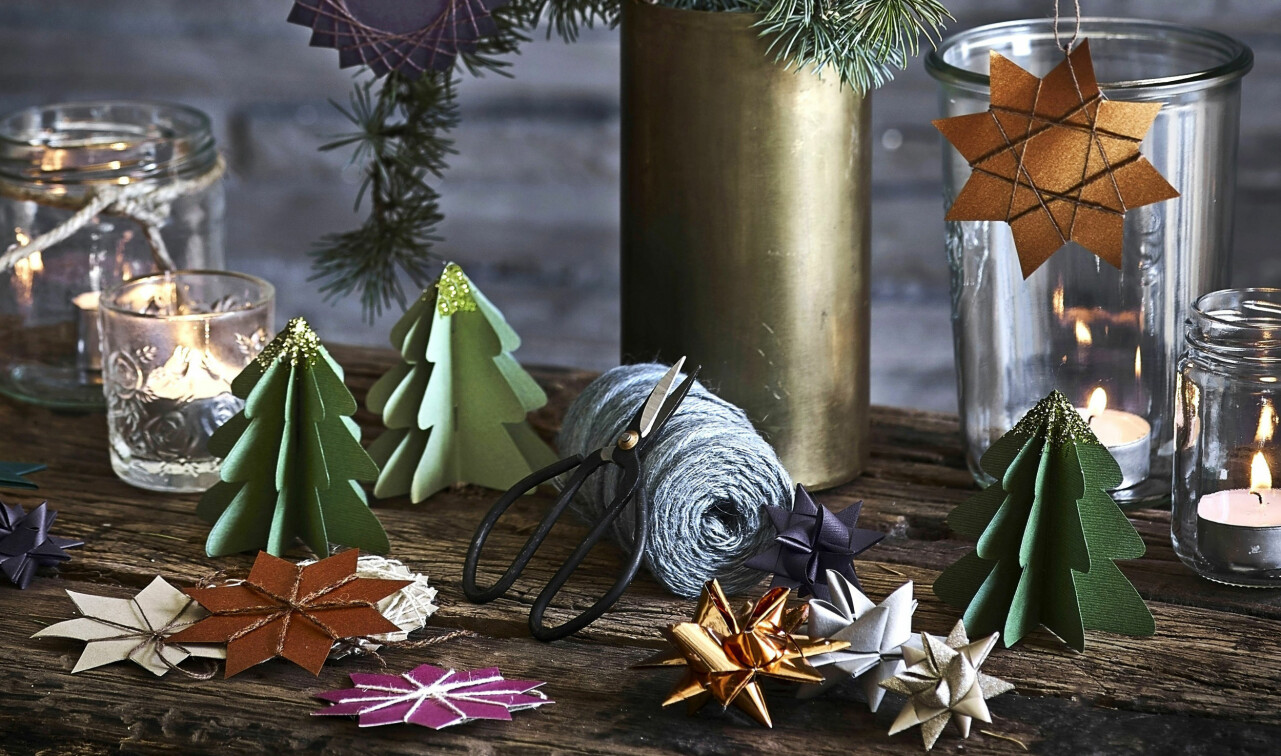Hemgjort julpyssel av papper vackert upplagt på ett bord.