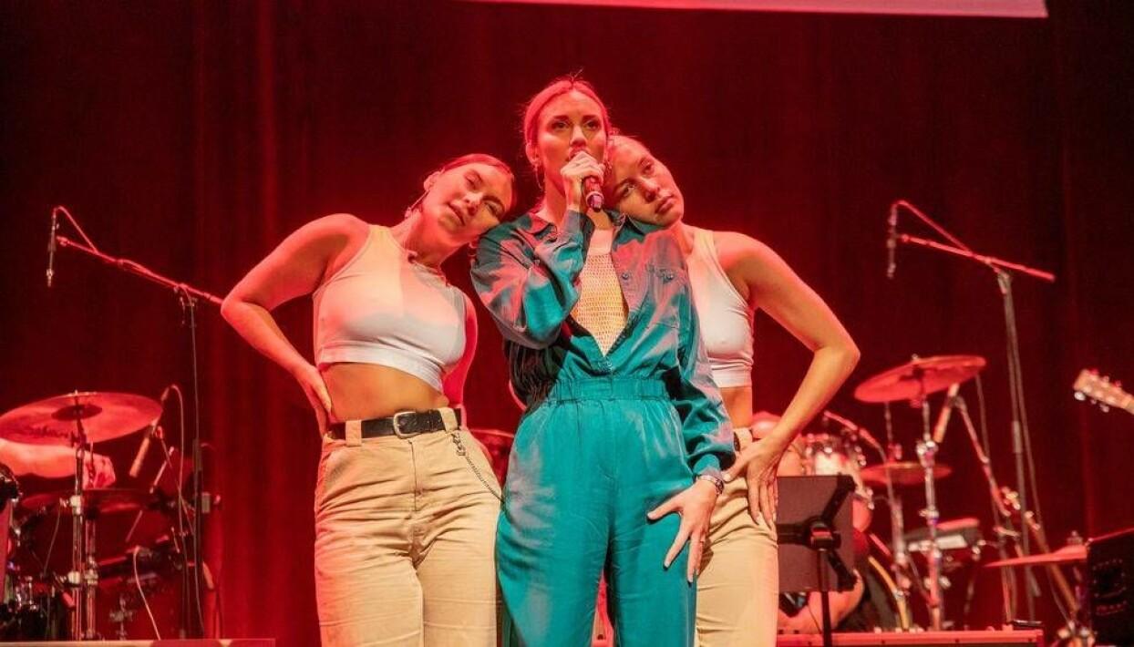 Amanda Aasa uppträder med låten Gå hem som hon kommer delta i Melodifestivalen 2020 med.
