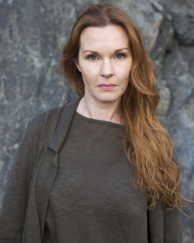 Pia Johansson, som blev kär i en psykopat, fotograferad framför ett träd.
