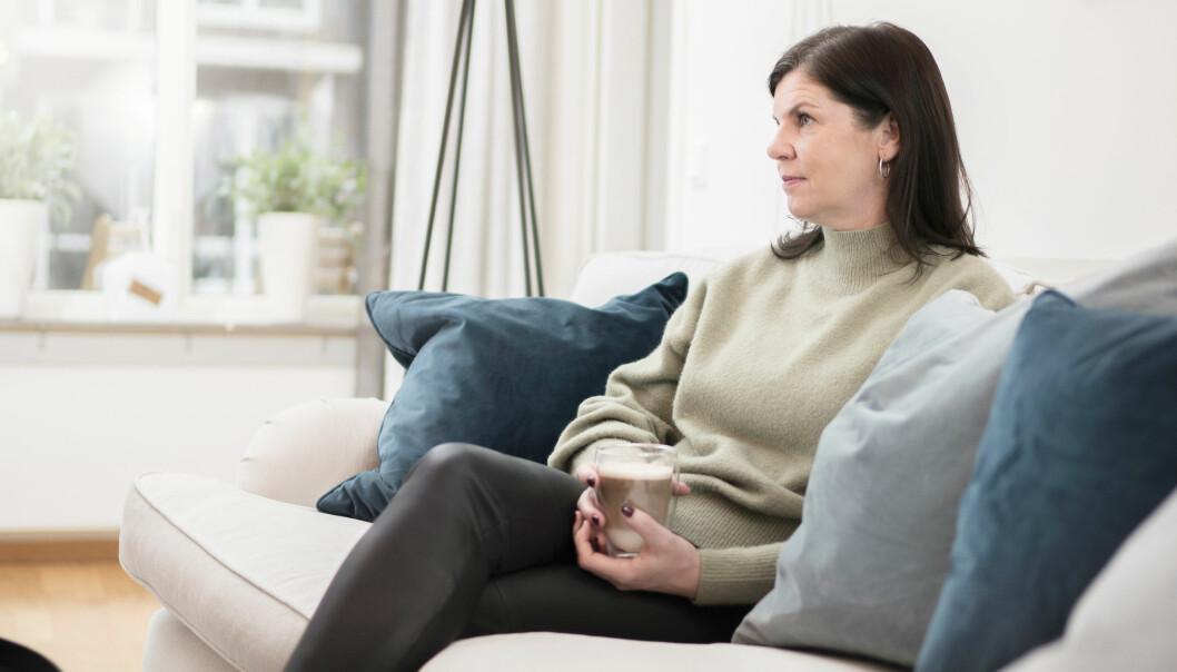 Camilla Jonssons, vars man fick bröstcancer, håller en kaffe i handen och berättar om hur svårt sjukdomsförloppet var.