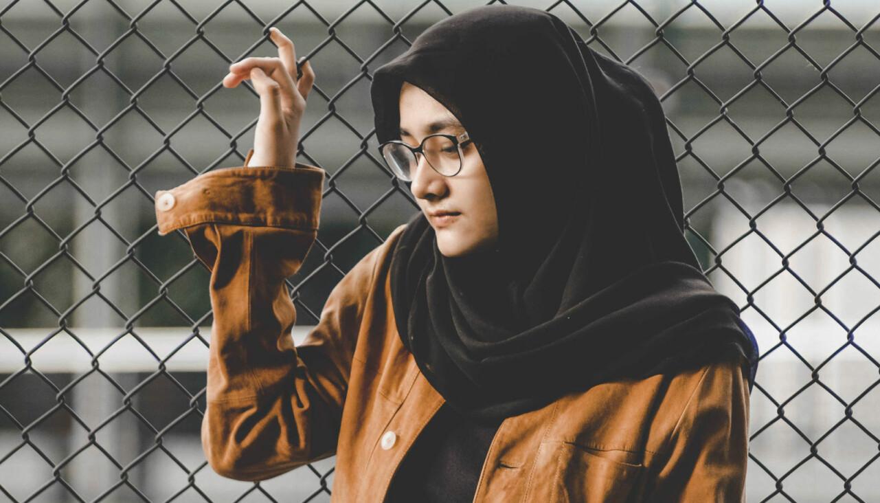 Bild av ledsen kvinna som tittar på marken.