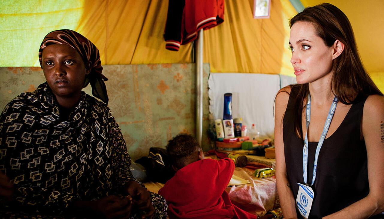 Angelina Jolie gör en välgörenhetsresa för UNHCR.