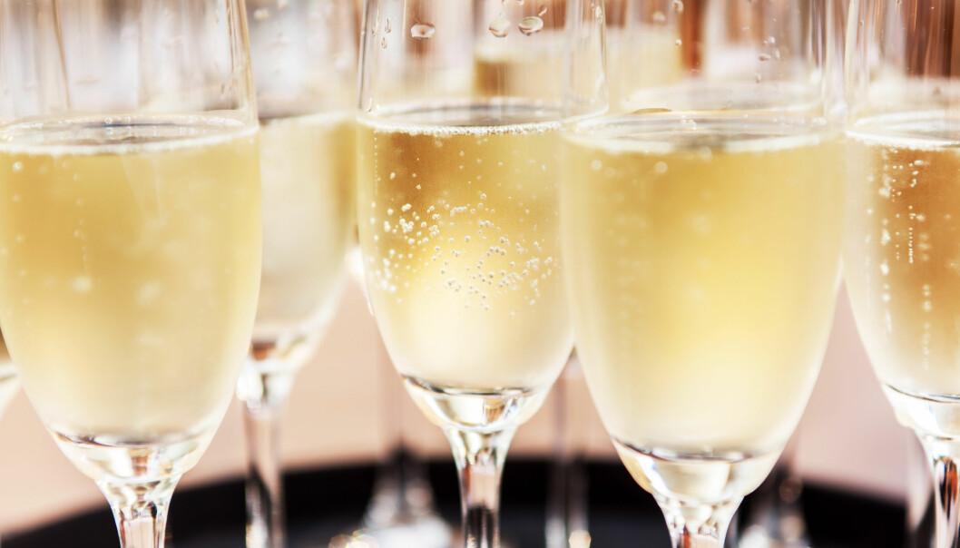 Champagneglas fyllda med mousserande vin.