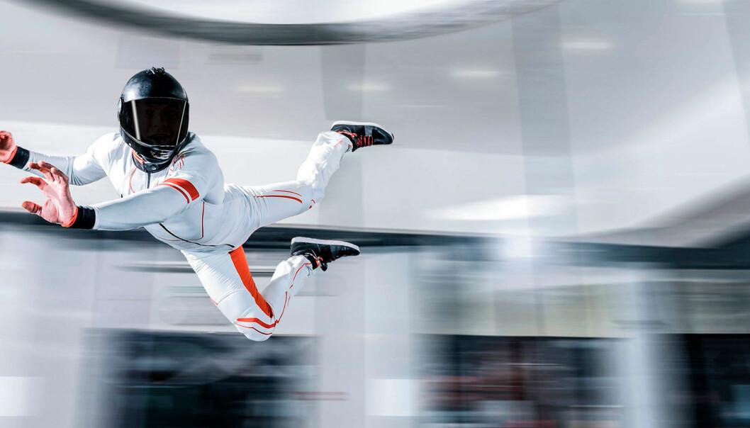 En person åker body flight i en lufttunnel.