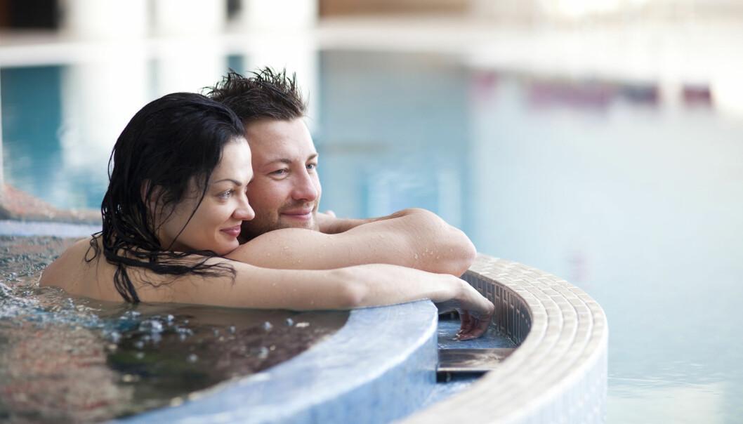 Kvinna och man badar bubbelpool på spa.