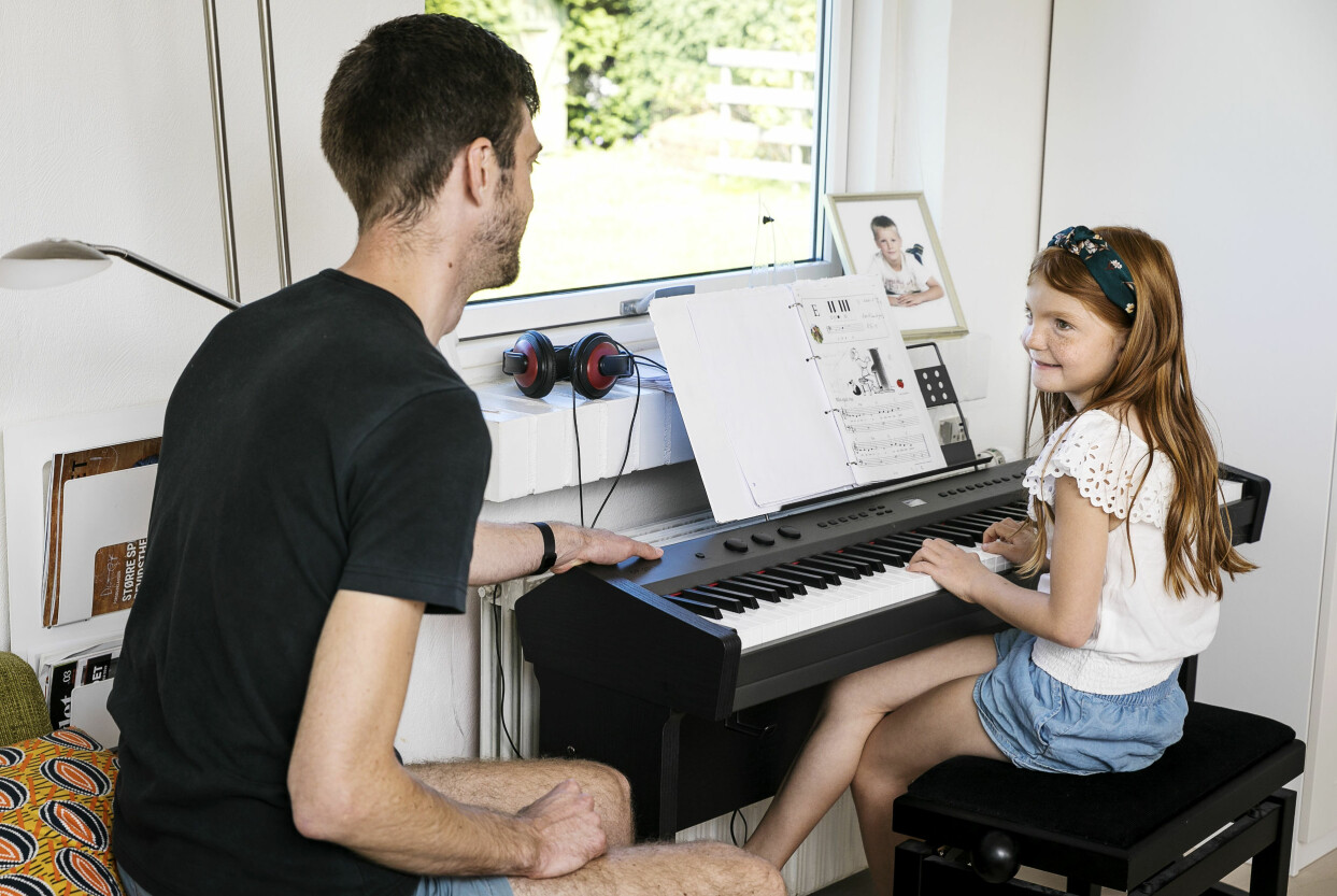 Pappa Michael, som är döv, lyssnar gärna när dottern Marie spelar.