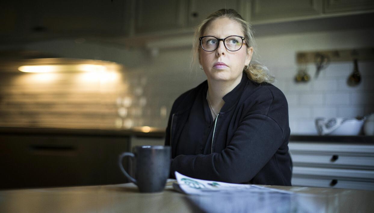Karin sitter i ett kök och berättar om den tuffa tiden och makens spelmissbruk som förstörde familjens liv.