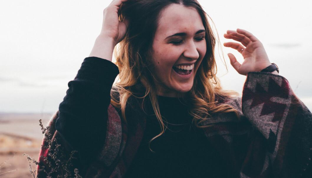 Kvinna ler och skrattar.