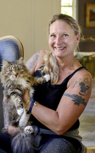 Polisen Jenny Svenningsson gosar med sin katt och berättar om hus hon misshandlades av sin partner.