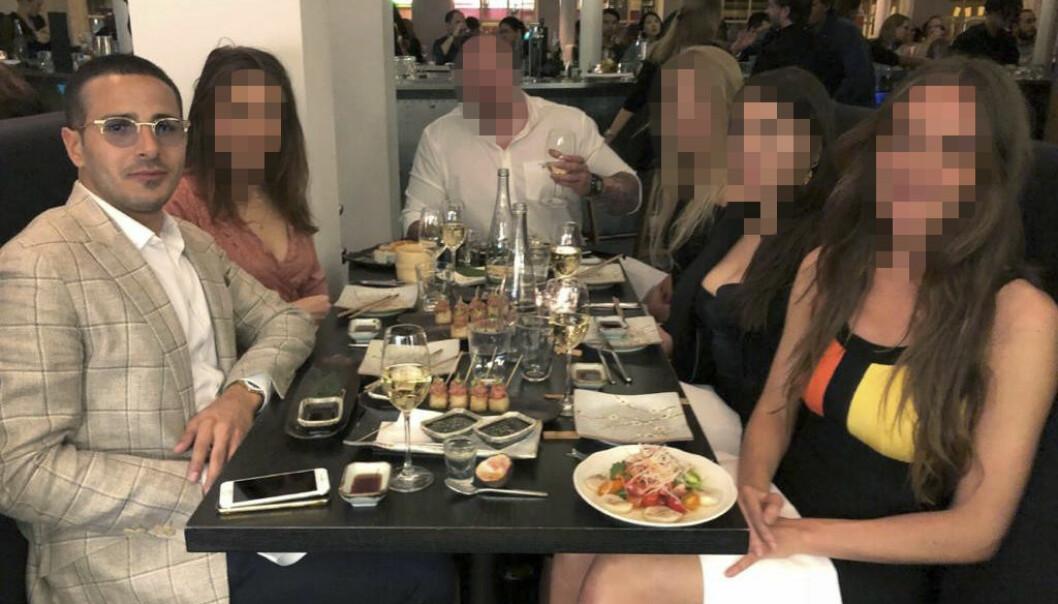"""Simon Leviev, eller Shimon Hayut som han egentligen  heter, i sällskap med sin livvakt, två kvinnliga  """"assistenter"""" samt två andra kvinnor."""