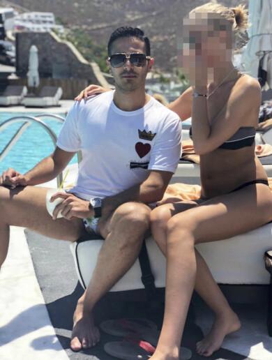 Simon Leviev med  flickvän vid poolen.  Pernilla träffade  flickvännen flera gånger, bland annat på  Mykonos och  i Rom.