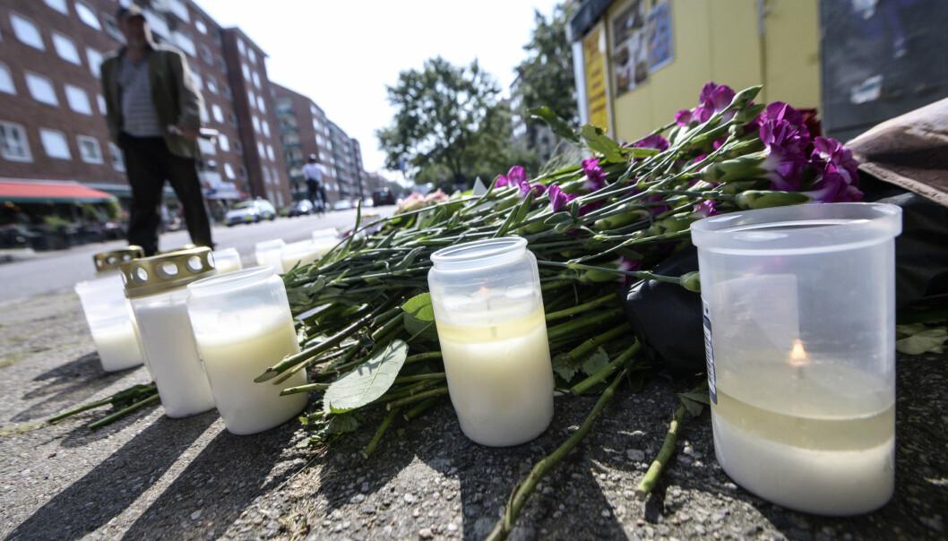 Ljus och blommor på platsen där Karolin Hakim sköts till döds i Malmö.