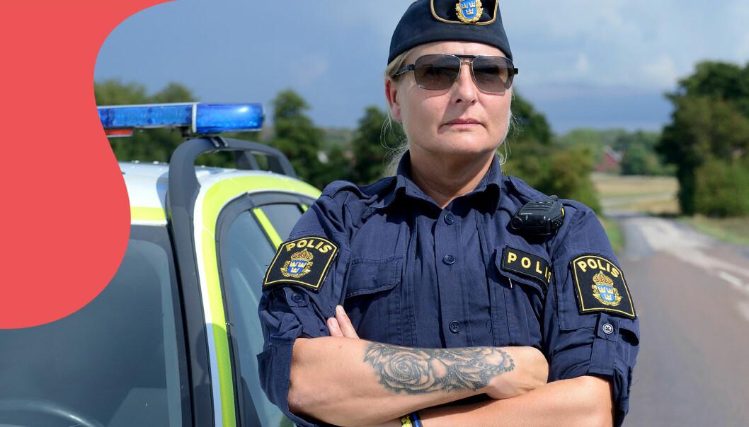 Polisen Jenny Svenningsson står framför sin polisbil och berättar hur hon misshandlades av sin partner.