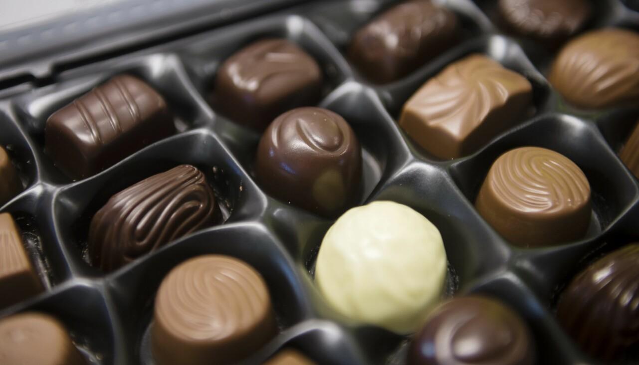 Detaljbild av chokladpraliner i chokladask till jul.
