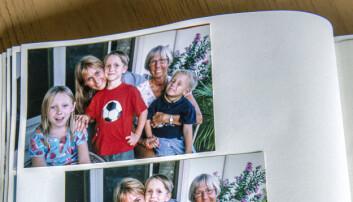 Bild ur ett fotoalbum där Nicole skrattar och är omgiven av sin familj.