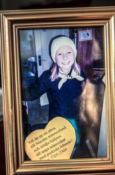 Bild av Nicole med information om minnesfonden som mamma Isabell har skapat.