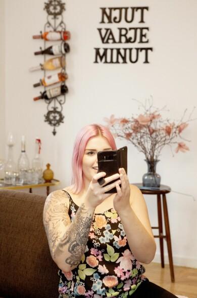 Jennie tar vant en selfie på sig själv hemma i lägenheten.