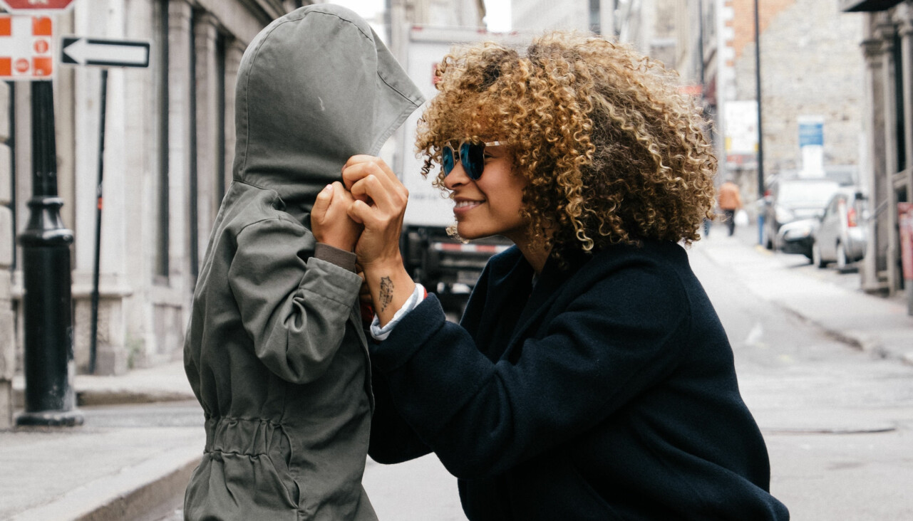 Mamma och barn tittar kärleksfullt på varandra.