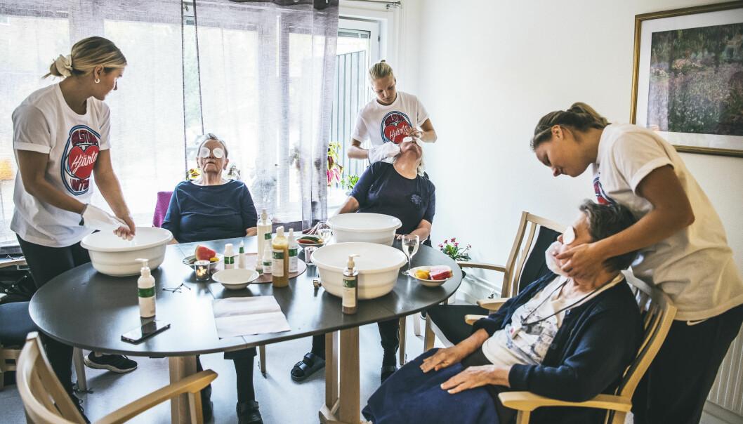 Spadagen på äldreboende Strigeln i Eskilstuna är i full gång. Här får de boende behandlingar och massage av fotbollstjejerna i Eskilstuna United.