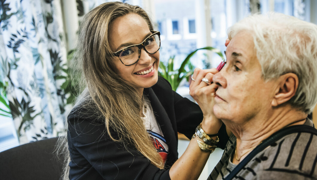 Sandra Ejdenwik plockar Asta Janssons ögonbryn.