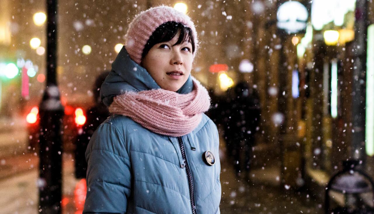 Porträtt av kvinna i snöfall.