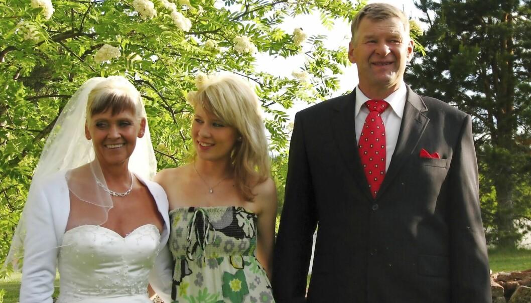 Mallins mamma Susanne gifter sig med Ingemar, här bröllopsfoto med Malin mellan mamman och hennes man.