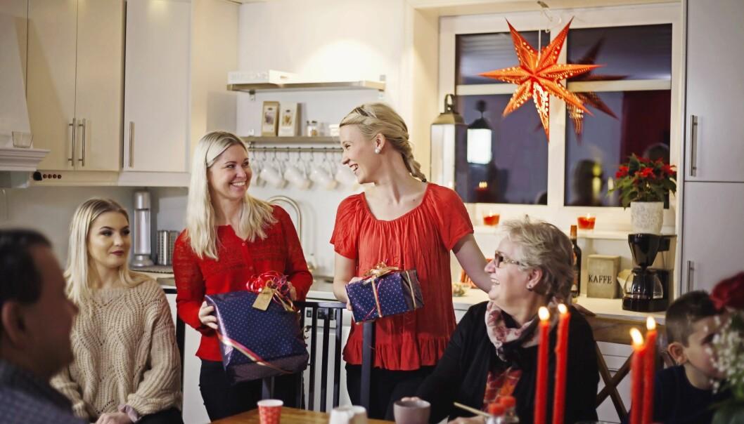 Malin i hästsvans får hjälp av Jeanette Nyman att dela ut julklappar.