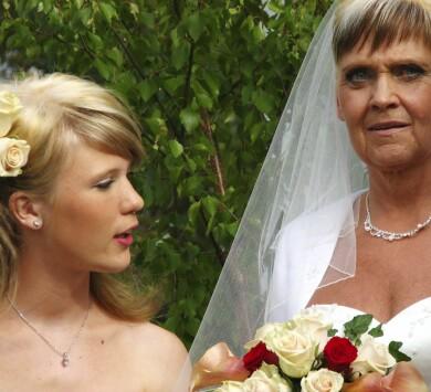Festklädd Malin och hennes mamma Susanne som brud.