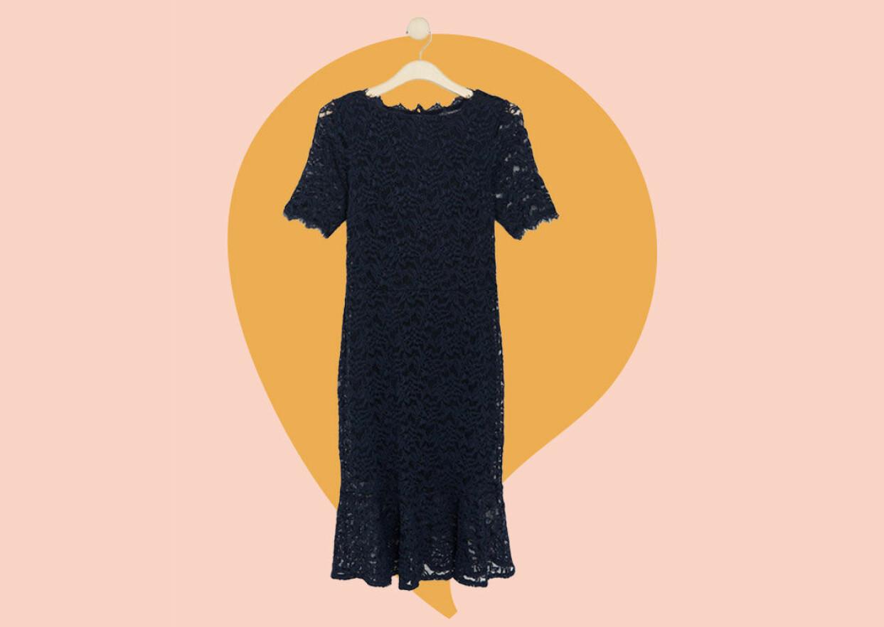 Marinblå spetsklänning till nyår från Lindex.