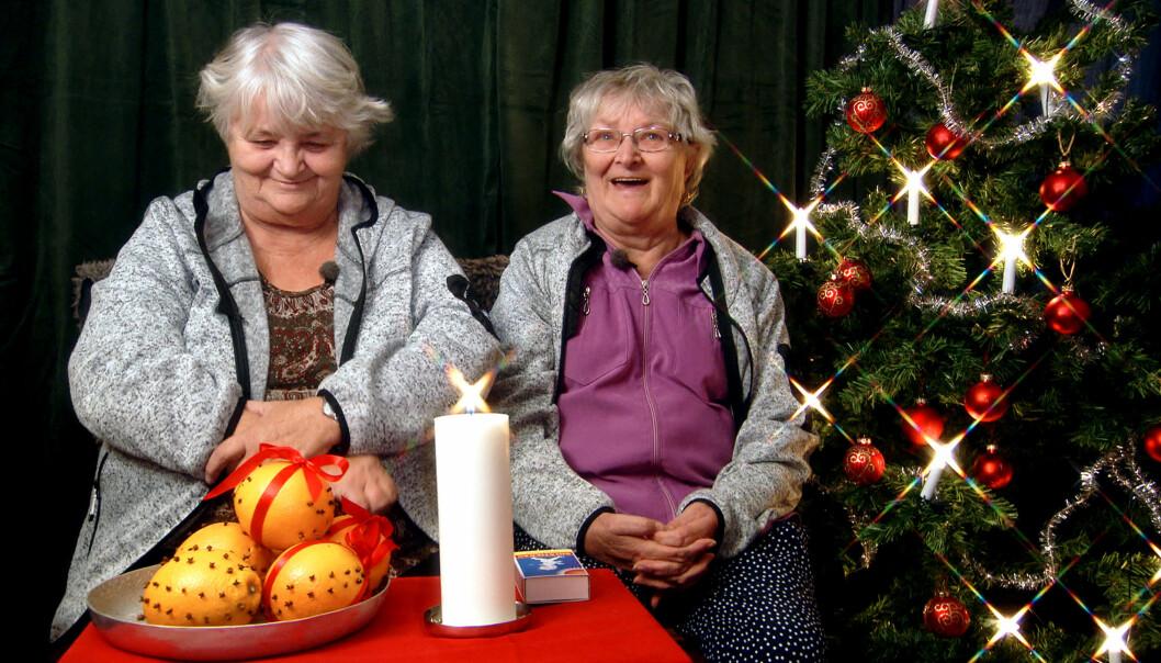 Gunnel och Maritta, profiler från tv-serien Ullared, tänder ett ljus.