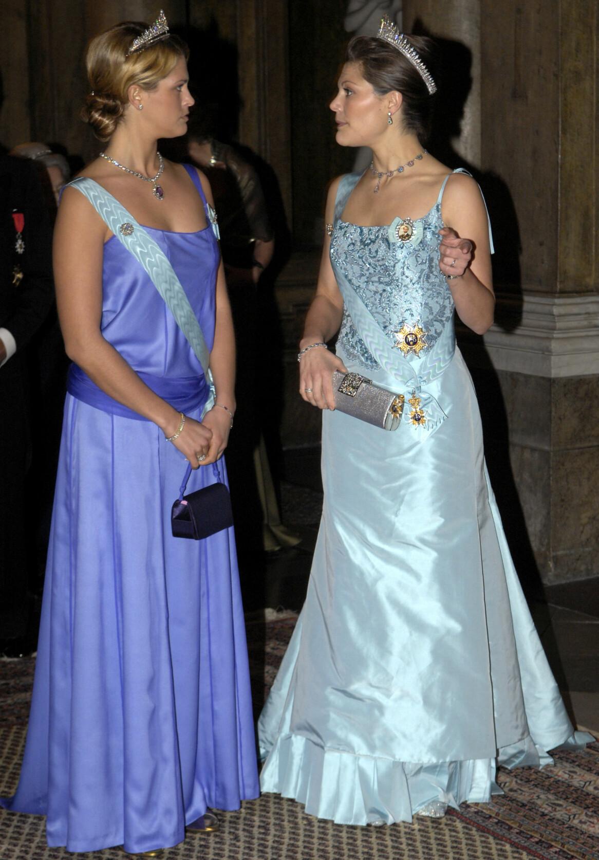 Prinsessan Madeleine och kronprinsessan Victoria under kungamiddagen på slottet i Stockholm 2006.