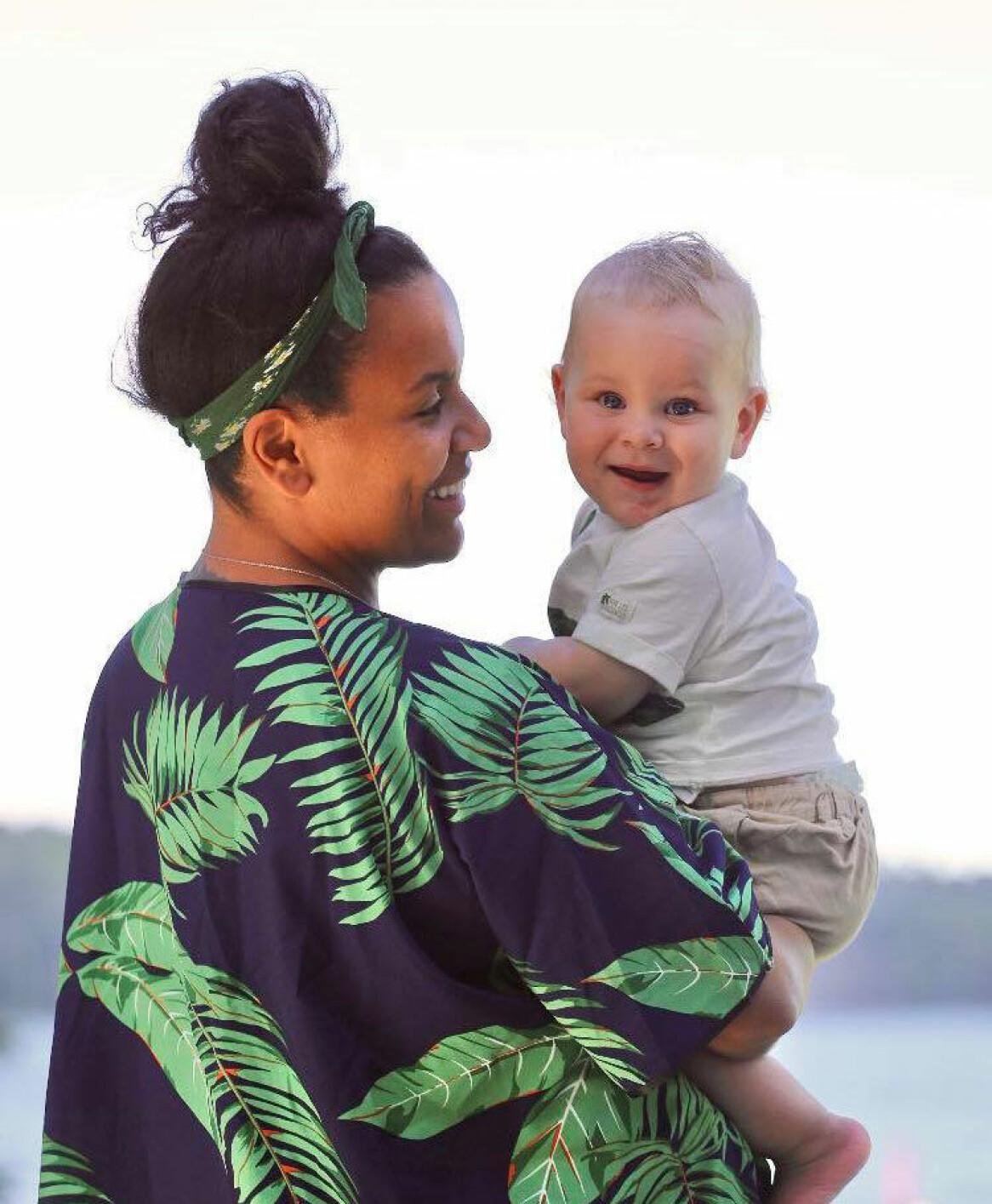 Caroline Skoglund med sonen Oskar.