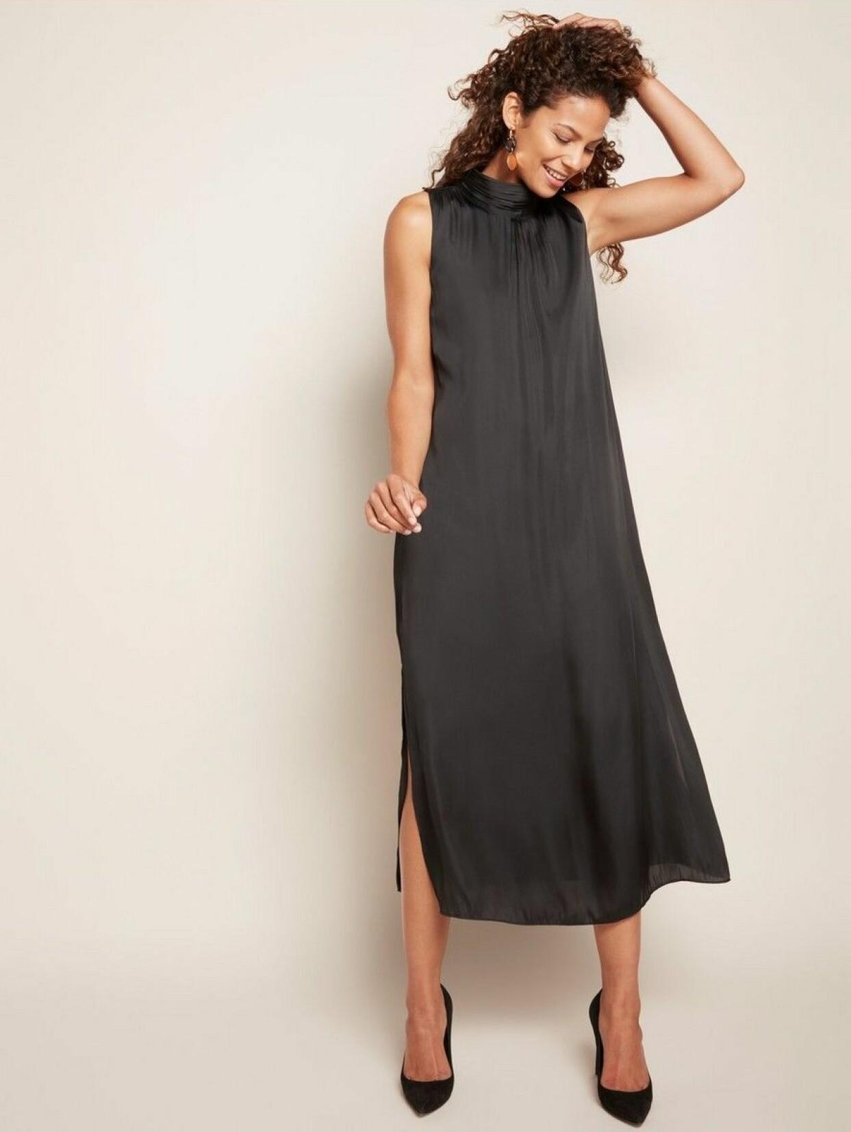 Svart ärmlös klänning med ståkrage, från Lindex