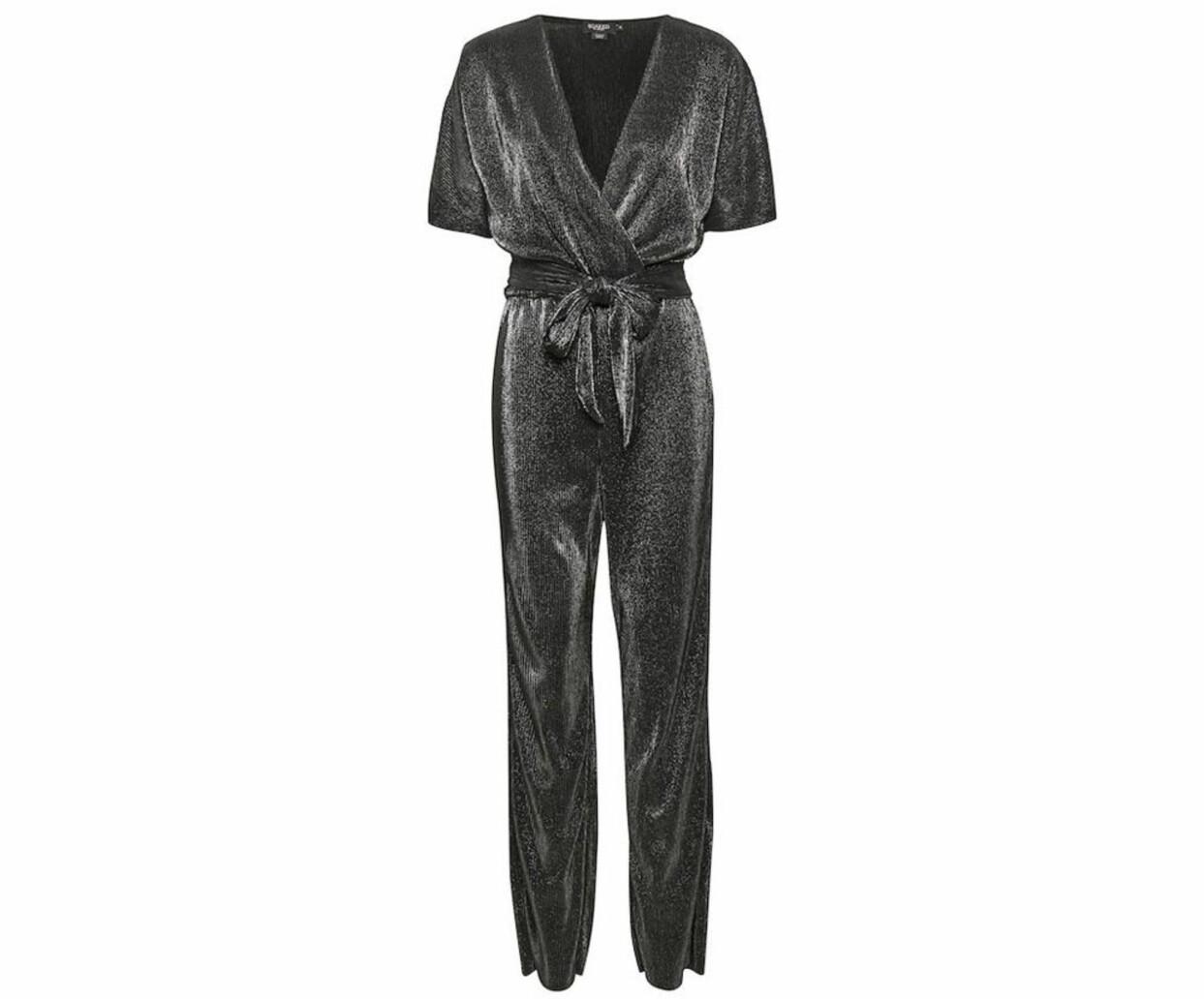 Silverskimrande jumpsuit med knytbälte, från Soaked in Luxury