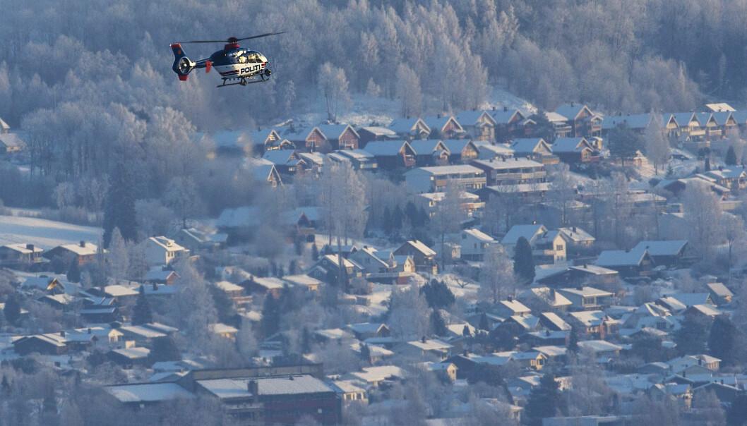 Helikopter flyger över Brumunddal under sökandet efter försvunna Janne Jemtland.