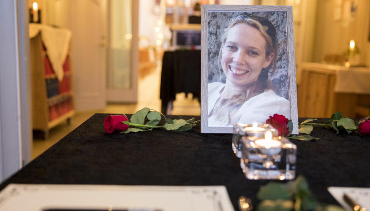 Janne Jemtlands inramade foto och rosor på kistan