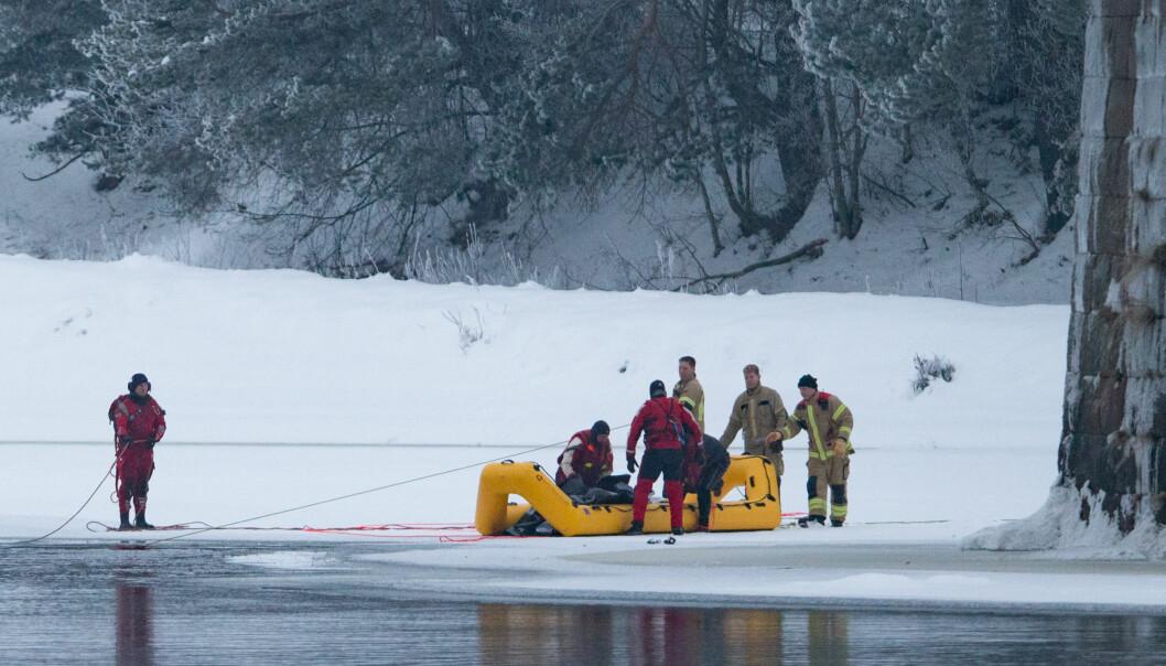 Räddningspersonal med gummiflotte bärgar Jannes kropp