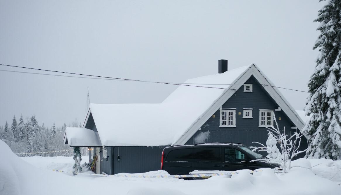 Makarna Jemtlands mörkblå hus omgivet av snö.