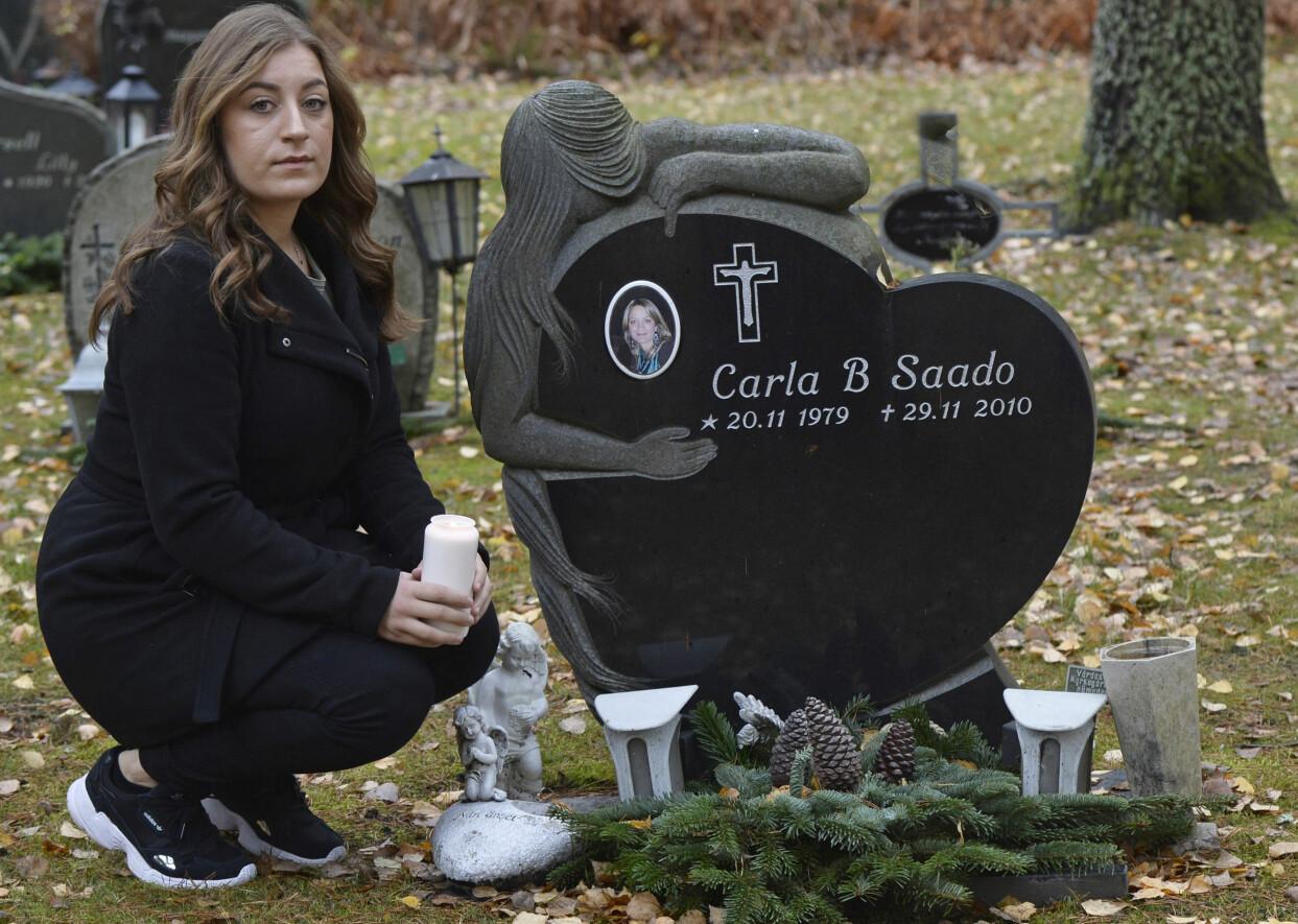 Jennifer sitter på huk på kyrkogården bredvid sin mamma Carlas gravsten som är formad som ett hjärta och där det finns en porträtt av mamman