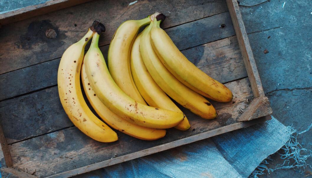 Bananer på ett träfat.