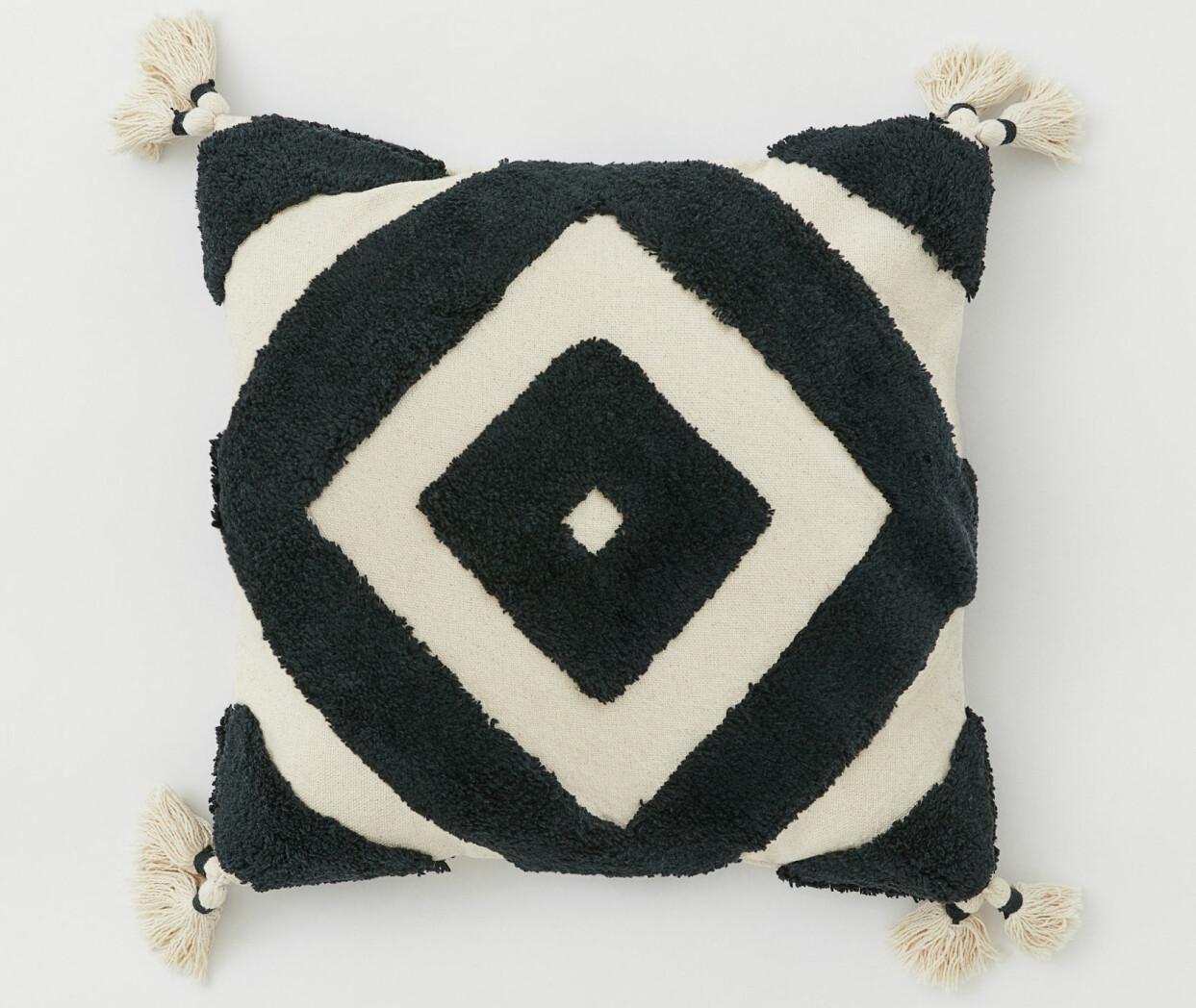Kudde med grafiskt mönster och tofsar, från H&M Home