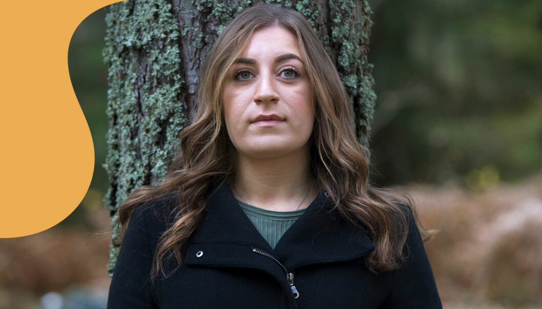 Jennifer, vars pappa mördade hennes mamma, står lutad mot en trädstam och pratar om mordet som vände upp och ner på hennes liv.