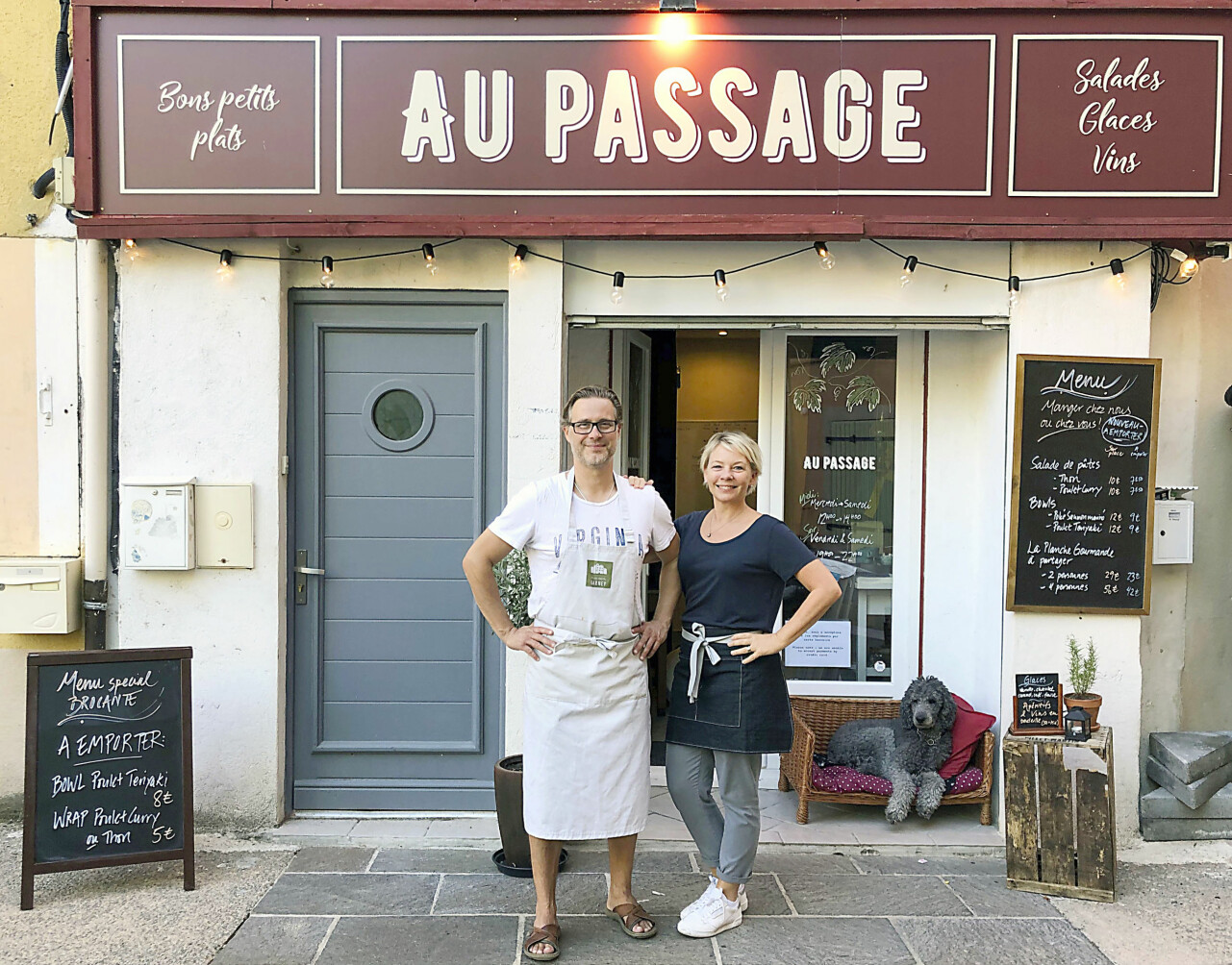 Micke och Victoria står utanför sin restaurang som ligger i en by i Provence, Frankrike.