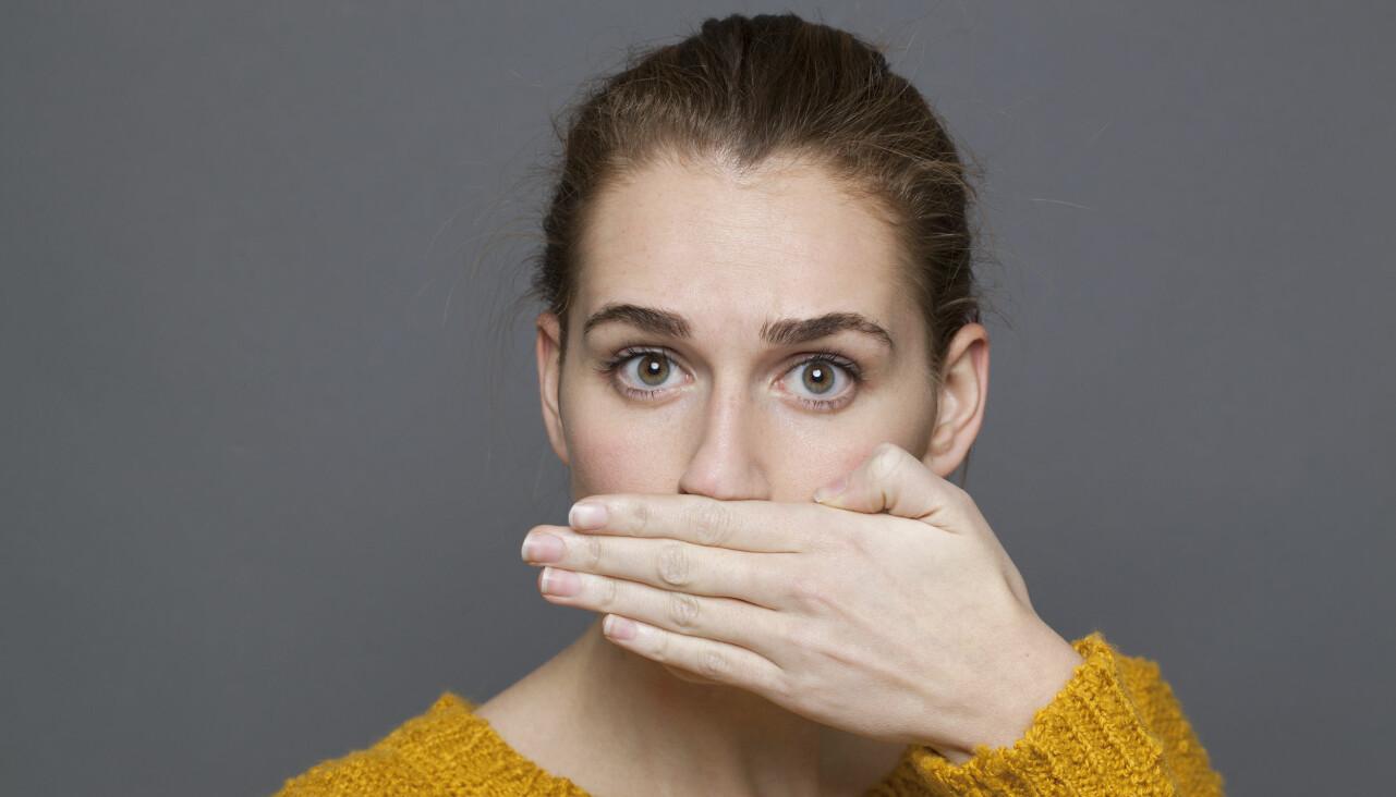 Halsmandelstenar är ett vanligt problem som bland annat kan ge dålig andedräkt. Här håller en kvinna för munnen.