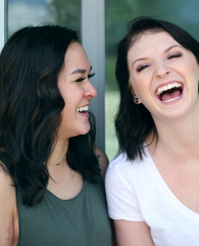 Två förälskade kvinnor skrattar.